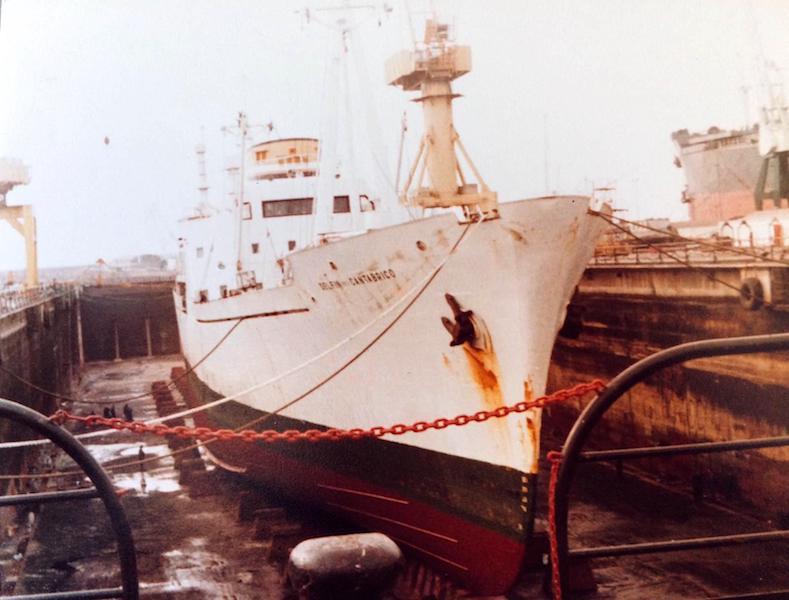 """El buque """"Delfín del Cantábrico"""", varado en el dique seco de Nuevo Vulcano"""