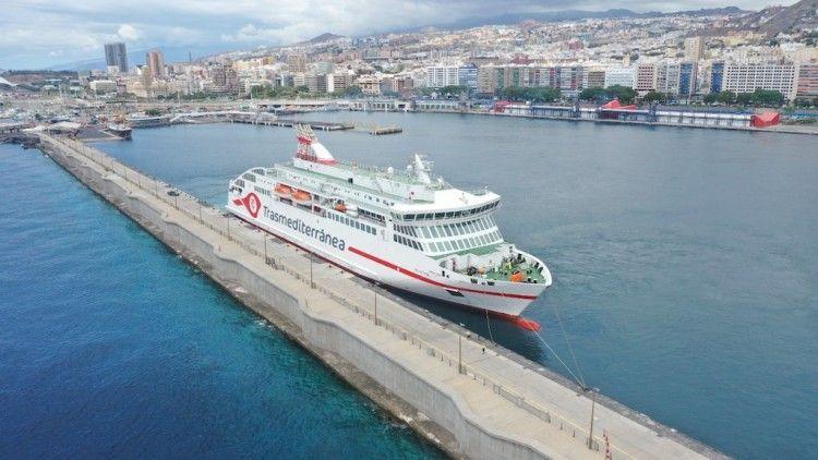 """El ferry """"Villa de Teror"""", ayer, atracado en el puerto de Santa Cruz de Tenerife"""