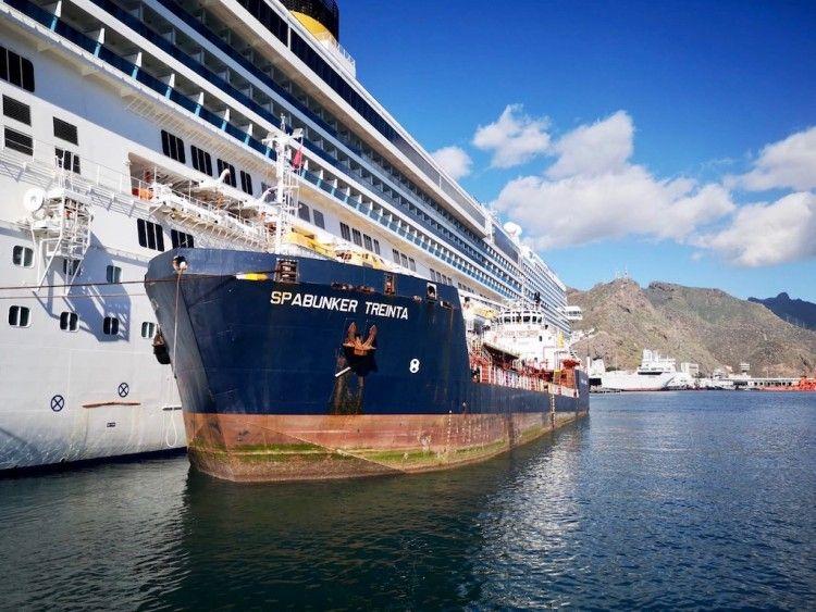 "La gabarra ""Spabunker Treinta"", operativa en el puerto de Santa Cruz de Tenerife"