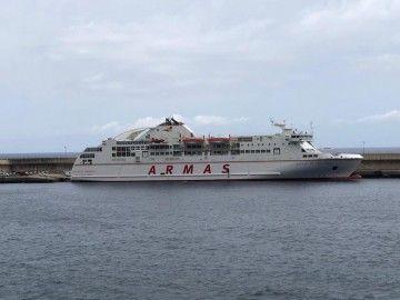 """El ferry """"Volcán de Taburiente"""", este mediodía en el puerto de La Estaca"""