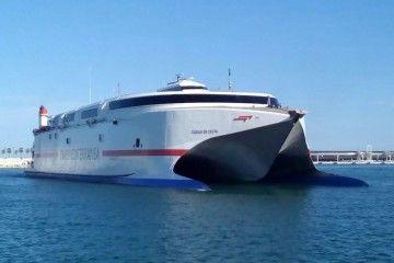"""El catamarán """"Ciudad de Ceuta"""", a su llegada a Málaga"""