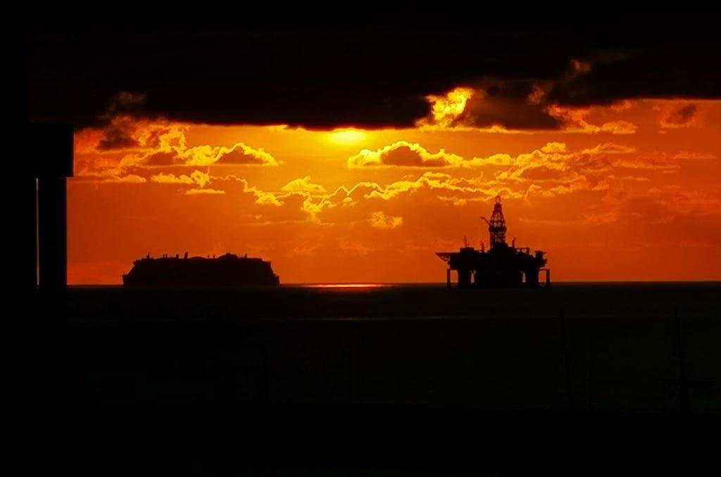 """La plataforma """"Ocean Greatwhite"""" y el megacrucero """"AIDAnova"""", en el fondeadero de Santa Cruz de Tenerife"""