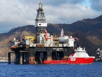 """La plataforma """"Ocean Greatwhite"""" y el remolcador supply """"Skandi Bergen"""", en el antepuerto tinerfeño"""