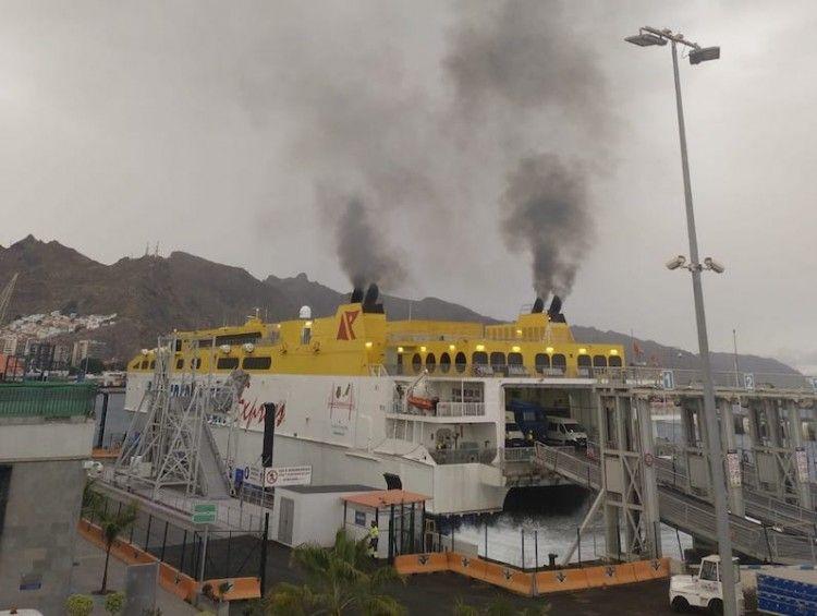 """Los humos del catamarán """"Betancuria Express"""", en su atraque del muelle de ribera"""
