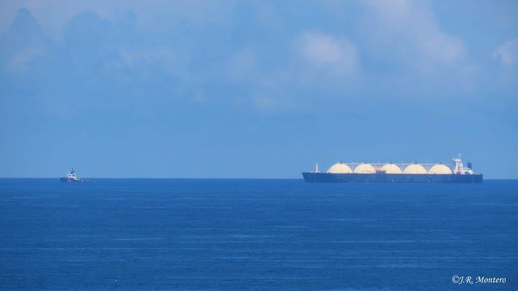 """El metanero """"Bering Energy"""", tras la estela del remolcador """"Alp Ace"""""""