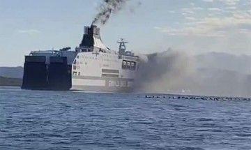 El humo sale por la banda de estribor en la aproximación al puerto de Olbia