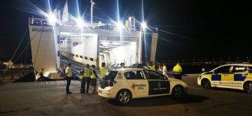 Guardia Civil y Policía Portuaria, anoche, en la popa del buque