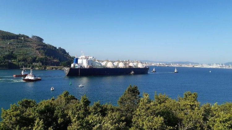 """El buque metanero """"Bering Energy"""", en la maniobra de entrada a la ría de Ferrol"""
