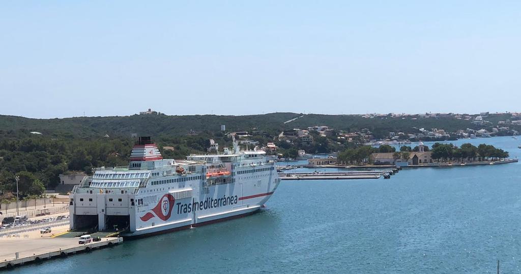 """El ferry """"Ciudad de Granada"""", esta mañana, atracado en el puerto de Mahón"""