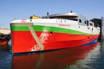 Vista de proa por la amura de babor del nuevo buque
