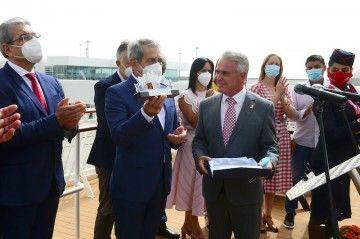 El alcalde de la villa de Teror hace entrega de un recuerdo al presidente de Naviera Armas
