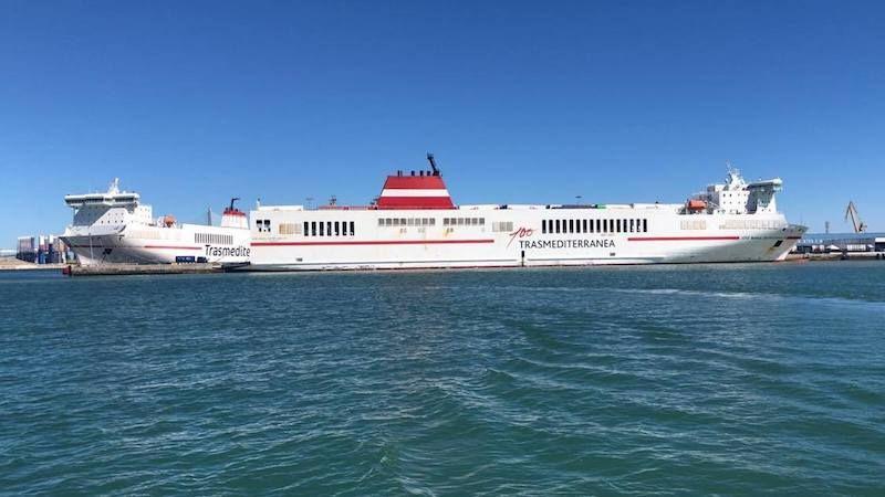 """Los buques """"Super-Fast Baleares"""" (izquierda) y """"José M. Entrecanales"""", atracados esta tarde en el puerto de Cádiz"""