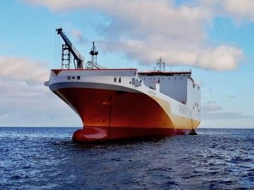 """El buque """"Grande Benin"""", fondeado al resguardo de Anaga"""