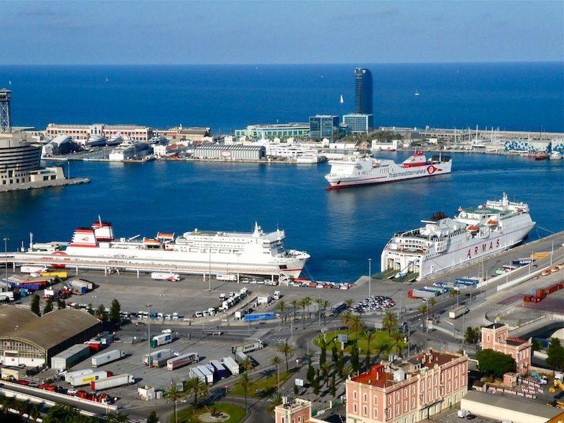 Cada tarde, en torno a las 19 h, coinciden tres buques de Trasmediterránea