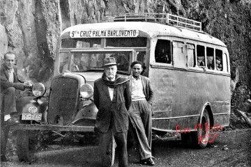 La guagua y sus pasajeros, en una foto de Miguel Brito posterior a 1936