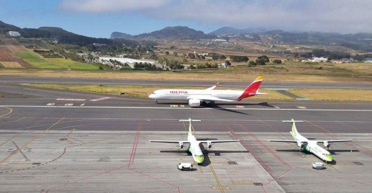 El avión A350 de iberia rodando por la pista de Tenerife Norte