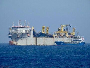 """La draga """"Leiv Eiriksson"""", tomando combustible en el puerto de Las Palmas de Gran Canaria"""