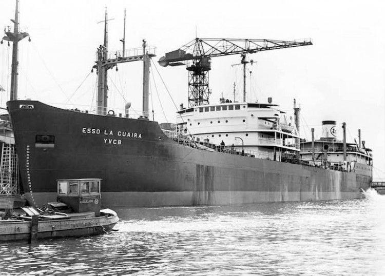 """Estampa marinera del petrolero venezolano """"Esso La Guaira"""", próximo a su entrega (1954)"""