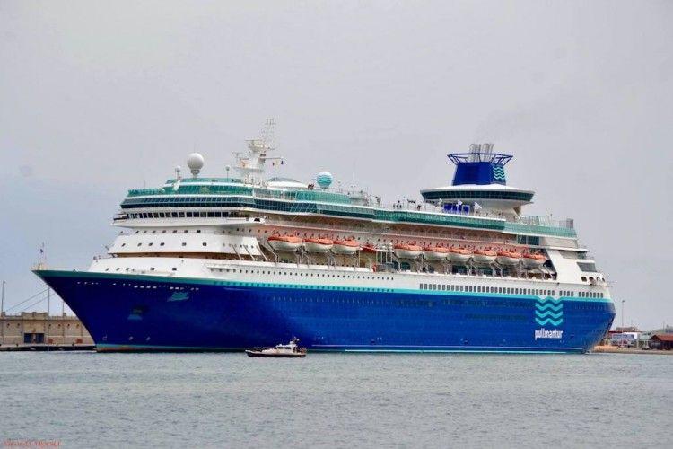 """El buque """"Monarch"""", en una de sus escalas en el puerto de Santa Cruz de Tenerife"""