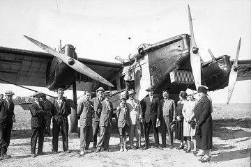Grupo de pasajeros junto a uno de los tres primeros aviones de Iberia