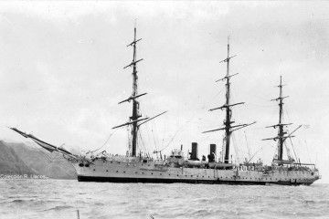 """La fragata """"Presidente Sarmiento·, con el aparejo aferrado y al resguardo de Anaga, en la escala de 1930"""