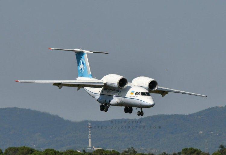 El avión An-74, en corta final, destaca la disposición de sus motores
