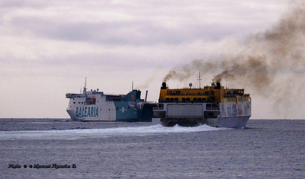 """El catamarán """"Betancuria Express"""" y por babor, el ferry """"Marie Curie"""""""