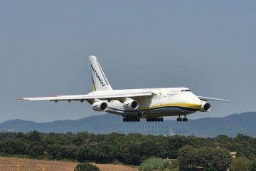 El avión Antonov An-124 Ruslan de Antonov Airlines, en corta final