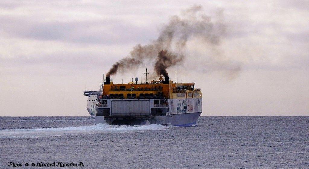 """Los humos del catamarán """"Betancuria Express"""", después de su salida del puerto de Las Palmas de Gran Canaria"""
