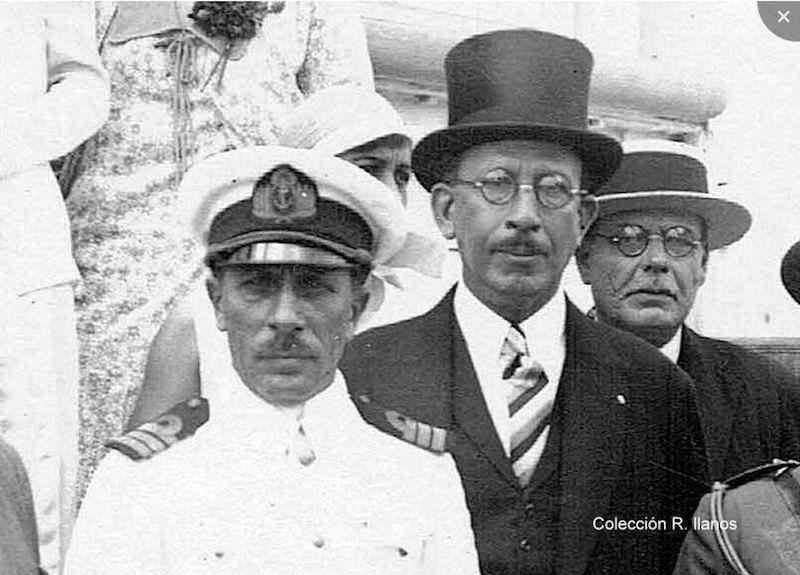 El comandante del buque-escuela, CF Martín Arana y el cónsul Martínez Déniz