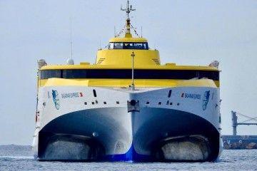 "Vista de proa del trimarán ""Bajamar Express"", a su llegada a Las Palmas de Gran Canaria"