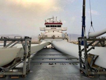 """Las palas de los aerogeneradores, estibadas en la cubierta del buque """"Tasman"""""""