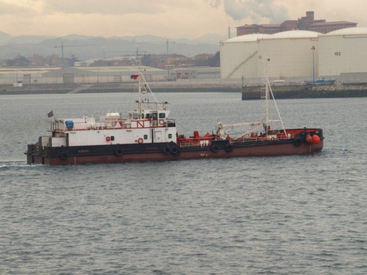 """La gabarra """"Sobia"""" ha permanecido 15 años en aguas de Gijón"""