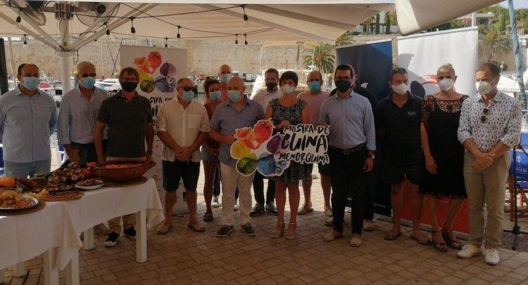 Foto de familia de los participantes en la presentación de la Mostra de Cuina Menorquina