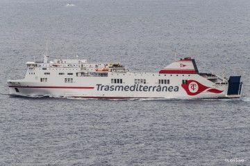 """El ferry """"Ciudad de Palma"""" zarpa del puerto de Santa Cruz de La Palma"""