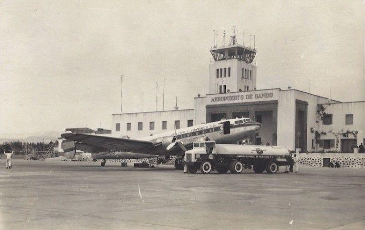 Uno de loa aviones Bloch 161 Languedoc de AVIACO, estacionado frente a la antigua terminal de Gran Canaria
