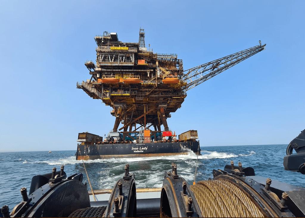 """Remolque del buque """"Iron Lady"""" con la plataforma """"Brent Alpha"""""""
