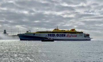"""El trimarán """"Bajamar Express"""", a su llegada al puerto de Las Palmas de Gran Canaria"""
