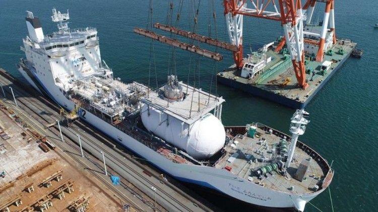 """Montaje del tanque de hidrógeno buque """"Suiso Frontier"""""""