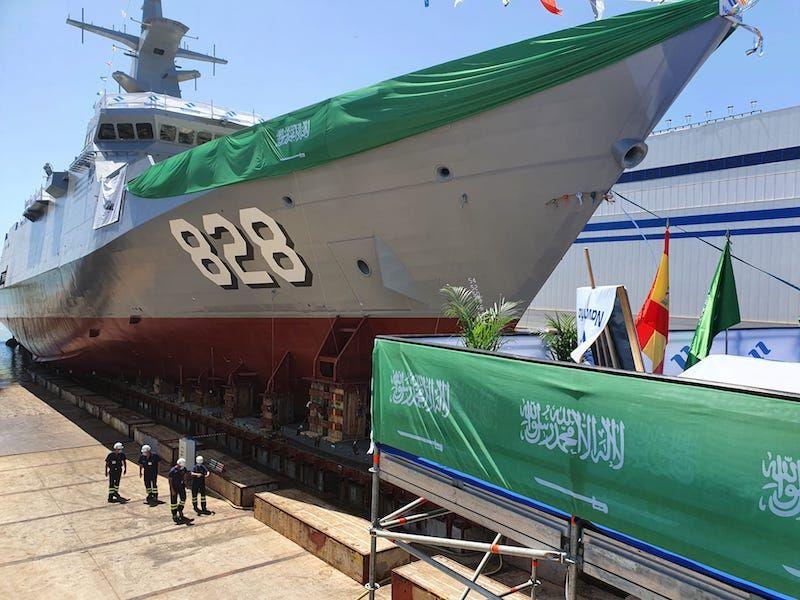 El primer buque ostenta el numeral de costado 828