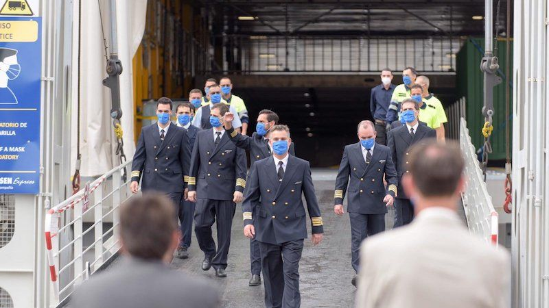 Parte de la tripulación desembarca a su llegada a Las Palmas