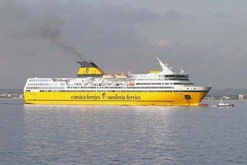 """El ferry """"Mega Express"""", esta mañana, a su llegada al puerto de Alcudia"""