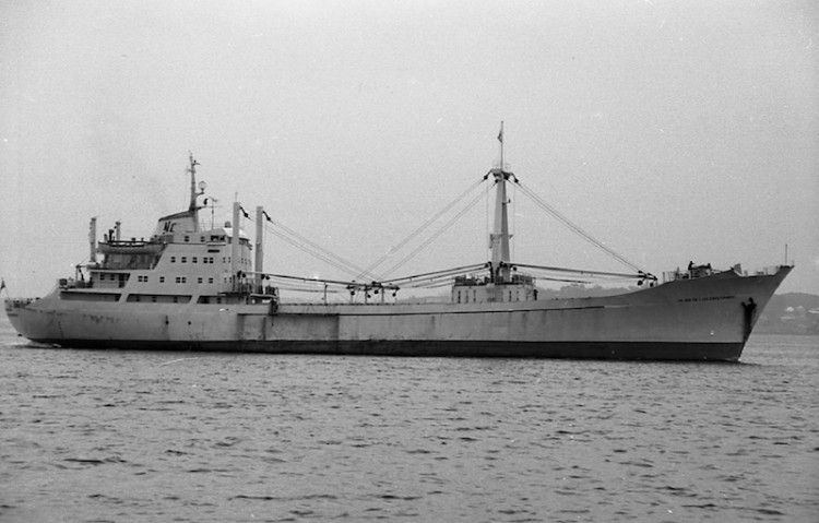 """Estampa marinera del buque frigorífico """"Playa de Los Cristianos"""" en el puerto de Santander"""