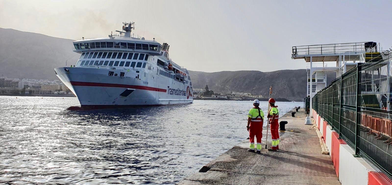 """El ferry """"Villa de Teror"""", en la maniobra de atraque en el puerto de Los Cristianos"""
