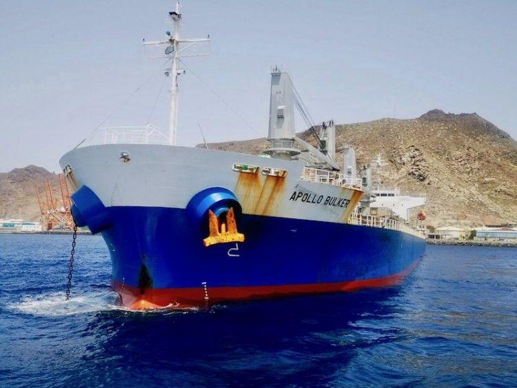 """El buque """"Apollo Bulker"""", fondeado al resguardo de Anaga"""