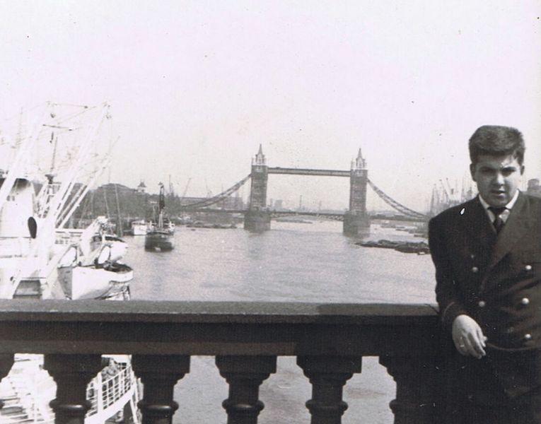 """Fernando Salvador Sánchez-Caro, alumno del """"Monte Anaga"""" (1962), en London Bridge y al fondo Tower Bridge, con el buque atracado en New Fresh Wharf"""