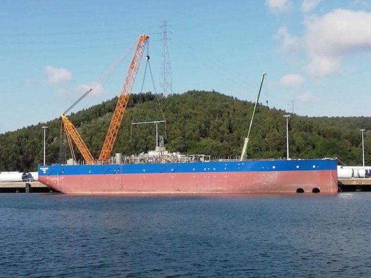 """El casco del buque FPSO """"Blue Eagle"""", durante su estancia en Avilés"""