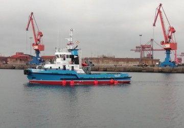 """El remolcador """"Cala Verd"""", en el puerto de El Musel"""