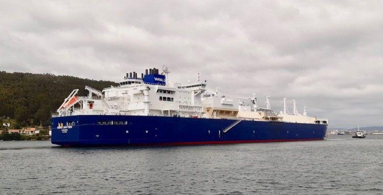 """El buque metanero """"Boris Davydov"""", a su llegada a la ría de Ferrol"""