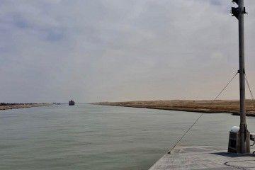 """El trimarán """"Bajamar Express"""", a su paso por el canal de Suez"""
